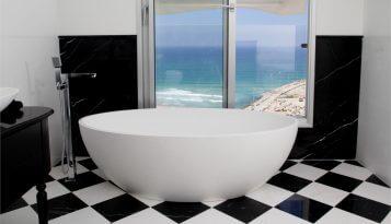 עיצוב בית מפואר בבית על הים תמונה של חדר אמבטיה