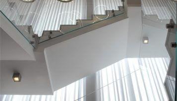 מדרגות בבית יוקרתי ומפואר בעיצוב של קינן אדריכלות