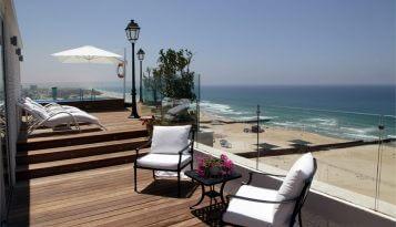 כסאות במרפסת מעוצבת בבית על הים
